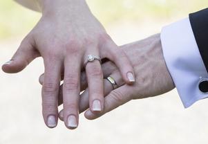 Var tredje flicka med två utlandsfödda föräldrar kan ha begränsningar i skolan, vara förbjuden att ha pojkvän, måste vara oskuld när hon gifter sig och får inte bestämma vem hon ska gifta sig med, skriver Andrea Kronvall. Foto: Martina Holmberg, TT.