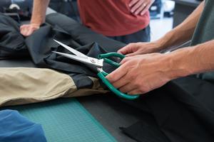 Flera material och färger har testats i prototyperna. Den slutliga formgivningen av varumärkets första produkt, friluftsbyxor, är nu klar.