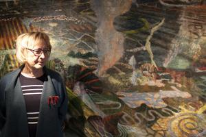 Ulla Löfdahl Reimerson framför Bo Ljungs målning