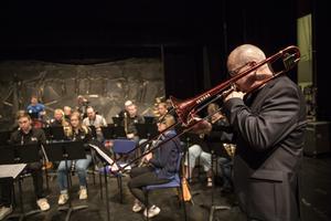 På Aveny höll Nils Landgren en workshop med kulturskolans elever. Senare under kvällen var det konsert med delar av kulturskolans elever tillsammans med Dalecarlia big band.