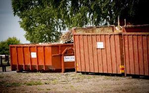 Tidningens utsända team var inte välkomna in i lokalen för att dokumentera rivningen av ugnarna.Ett par containrar fanns på plats utanför Vika Bröd på tisdagen. Foto: Jonatan Svedgård