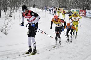 Oskar Kardin, i bilden i rygg på Andreas Holmberg, blev bäste svensk i Vasaloppet. Foto: Ulf Palm/TT