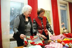 """MYCKET. Marianne Melin från PRO och Ulla Lander i organisationen """"Hjälp till liv international"""" är glada för kläderna som nu ska skeppas till Lettland och Rumänien."""