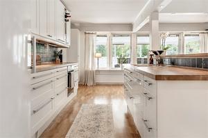 Köket är ombyggt till öppen planlösning. Foto: Fastighetsbyrån