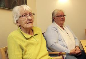 Ingegerd Söderström och Rose-Marie Westerholm girerar båda två sina räkningar. Räkningar som de skickar med posten. Ingegerd Söderström, 89 år, betonar att hon varken tänker skaffa dator eller smartphone
