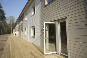 Ett trädäck löper längs hela huskroppen. Boklok-husen är ett samarbete mellan Ikea och Skanska.