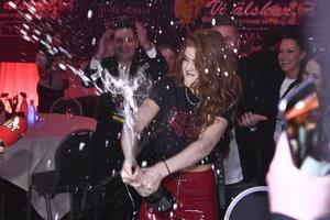 Dotter firar finalplatsen med champagne vid efterfesten på Elit Park Avenue Hotel. Efter Melodifestivalens deltävling två i Scandinavium på lördagen. Foto Claudio Bresciani/TT