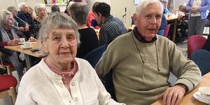 Elsa Eriksson och Gunnar Ivars är grannar och goda vänner - och slår följe till Buketten.