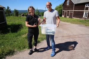 Miljöinspektörerna Mia Bergman och Michael Horn på väg till nästa avloppskontroll.
