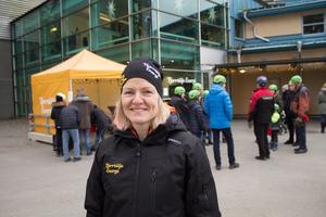 Eva Blixt, chef för försäljning och kundcenter på Norrtälje energi tycker att julgransplundringen är ett bra tillfälle att vårda relationerna med allmänheten.