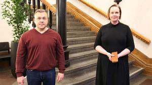 Oppositionsrådet Fredrik Nordström (S) och kommunalrådet Ylva Pettersson (M) är glada över att kunna ge kommunens medarbetare en extra stor julklapp i år. Foto: Skara kommun