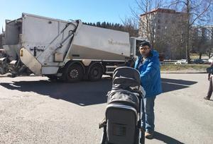 """Tomi Mousa med dubbelbarnvagnen och Telge Återvinnings sopbil i bakgrunden. """"Varför kör de så fortt"""", säger han. Foto: Torbjörn Granström"""