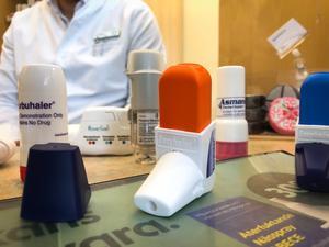 Inhalatorer kan se ut på många olika vis, vilket kan bli en extra stor utmaning för både apotekare och patient.