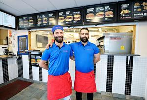Ali och Ümit Kaya vid restaurangen i Kramfors.