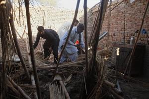 Bild från ett tidigare tillfälle. Boende i Multan, i östra Pakistan, letar efter sina tillhörigheter efter att taket på deras hus rasade in efter kraftiga regnfall. Bild från 21 februari.