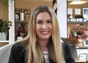 Gagnefs numera rikskända och miljövänliga hår- och makeupartist, Frida Davidsson, kommer att tilldelas kommunens miljöpris.
