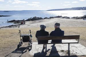 Det går att ha smittsäkra möten med äldre anhöriga om alla iaktar försiktighet och följer råden. Foto: Berit Roald/TT