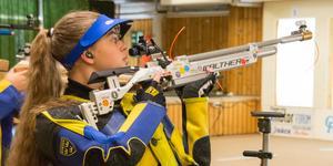 Josefine Lindfors har nu vunnit SM:s juniorklass i luftgevärsskytte två år i rad. Här visar hon prov på den koncentration som gett henne segrarna.