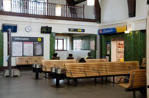 Det kanske viktigaste problemet med den gamla vänthallen vid Sundsvalls centralstation är att den till och från visat sig vara för liten för att kunna ta hand om resenärerna på ett trivsamt sätt, skriver