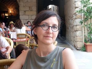 Caterina Pascual Söderbaum avled i januari i år, 53 år gammal. Hon hann inte vara med om utgivningen av den bok som kom att bli hennes sista, romanen Den skeva platsen.