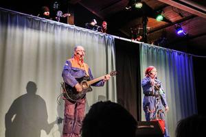 Gösta och Birgitta Barreby sjunger om svensk mjölk .