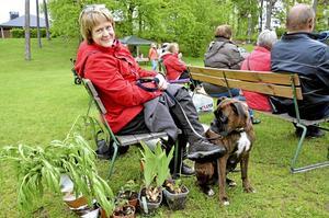 Trogen besökare. Emma Ohlsson-Nevo besökte auktionen med hunden Dessi. Emma köpte bland annat plommontomater, julrosor och Bergsklint.