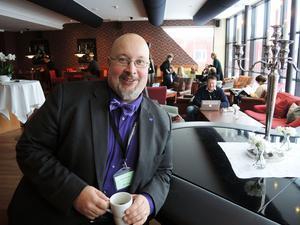 Ledarskribenten Patrik Oksanen kan jobba effektivt under Folk och Försvar.