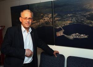Glad, men vill inte berätta. Timrås näringslivschef Bill Bengtsson vill inte kommentera Vistavarvsaffären, men säger att snacket om vindkraftstorn gått ganska länge.