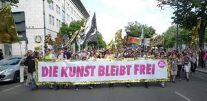 """""""Låt konsten förbli fri"""". Inför Europavalet i maj var tusentals Berlinare på fötter med demonstrationer arrangerade av """"De många"""". Foto: Astrid Lindén och Clas Thor."""