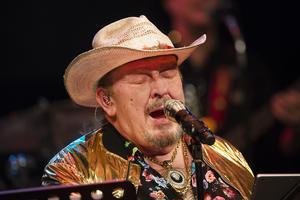 Olle Jönsson stod för sången när Lasse Stefanz framförde massor av hits under konsertkvällen i Tonhallen.