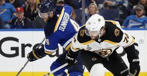 Calle Gunnarsson i duell med Bostons Jake DeBrusk. Natten till torsdag svensk tid gör de upp i en slutlig kamp om Stanley Cup.