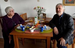 Frukosten hemma hos Karin Nyberg är uppäten och i trygghetsboendets matsal väntar ett 50-tal andra pensionärer på att få höra Peter Eriksson berätta om sina tankar inför det stundande valet.
