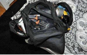 Väskan med vapen som mannen hade med sig till kvinnans bostad. Bild: Polisens förundersökning