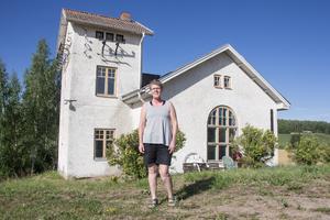 Karin Bergström tycker Arkhyttans kraftstation är en vacker byggnad, väl värt ett museibesök.
