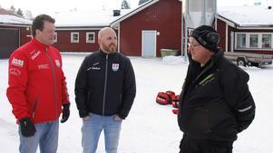 Patrik Gillgren, Sebastian Eriksson och Bert Törnberg, vaktmästare på Bergeforsens IP, diskuterar väderlek och isförhållanden.