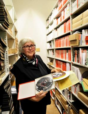 Inger Stenman på plats i arkivet på Västernorrlands museum.
