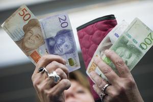 Med en egen inkomst kan var och en fatta självständiga beslut om sitt eget liv. Att kvinnor fortfarande tjänar mindre än män är därför en frihetsfråga, skriver debattförfattarna.