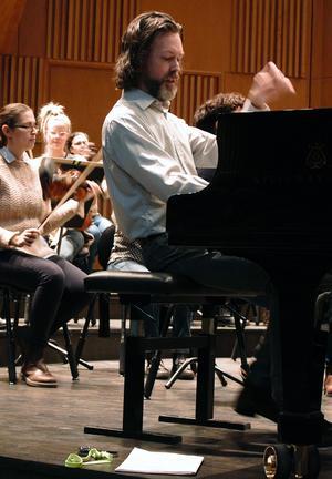 Martin Sturfält repeterar Wilhelm Stenhammars första pianokonsert tillsammans med Gävle symfoniorkester. Foto: Kerstin Monk