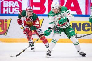 Jacob Nilsson jagar Rögles Olle Liss. Båda två gjorde varsitt powerplay-mål i matchen. Foto: Daniel Eriksson/Bildbyrån