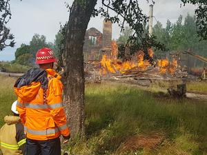 Huset har brunnit ner till grunden och räddningstjänsten vill förhindra spridning. Foto: Torbjörn Wåhlin