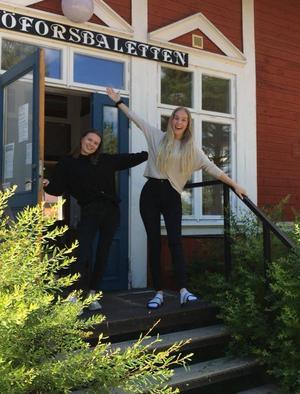 Hanna Widarsson och Mathilde Guthu tar emot alla barnen med stor entusiasm.Fotograf: Helena Ehrstrand
