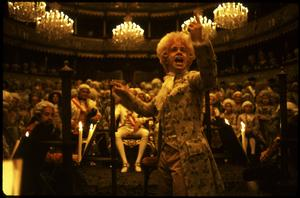 Wolfgang Amadeus Mozart (Tom Hulce) dirigerar sin opera i teatern Stavovské divadlo i filmen