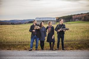 Breda gatan består av folkmusikerna Kjell-Erik Eriksson, Emma Härdelin, Johanna Bölja och Ola Hertzberg. På nya albumet finns visan