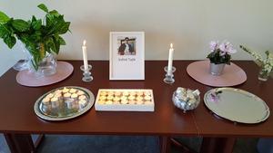 Vid minnesstunden i söndags var ett bord uppställt i Pingstkyrkan med Valids porträtt. med . Foto: Privat