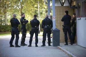Många poliser fanns på plats för att bevaka rättegången.