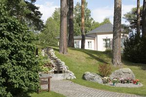 Minneslunden på Färila kyrkogård är en uppskattad plats att sitta och meditera på, även om något färre numera väljer minneslund, enligt kyrkoherde Jan Bonander.