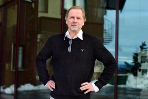 Tommy Öberg är uppvuxen i Sundsvall, men bor nu i Knivsta. Genom släktforskning har han fått reda på att en av hans förfäder omkom i haveriet med Höfding. Tommy Öberg är även ledamot i Svenska Fyrsällskapet.