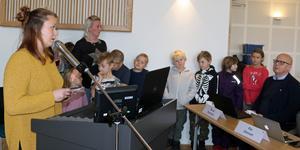 Emelie Björklund ställde frågor kring Körfältsskolan till kommunalrådet Bosse Svensson, längst till höger i bild. Skolbarn och föräldrar lyssnade i fullmäktigesalen.