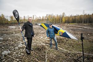 En bild från oktober på platsen för nya kanotparken. Falu vildvattenparks vd, Bo-Marcus Lidström (till vänster), tillsammans med OS-paddlaren Isak Öhrström.