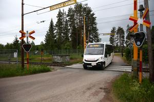 Den här järnvägsöverfarten i Gustafs på Morbyvägen kan komma att stängas.